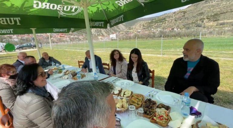 """""""Do të prisja me mall, por po merrem me fushatën e PD"""", Rama tregon bisedën me një subjekt në Berat: Pavarësisht se do humbasësh, takohemi pas 25 prillit"""