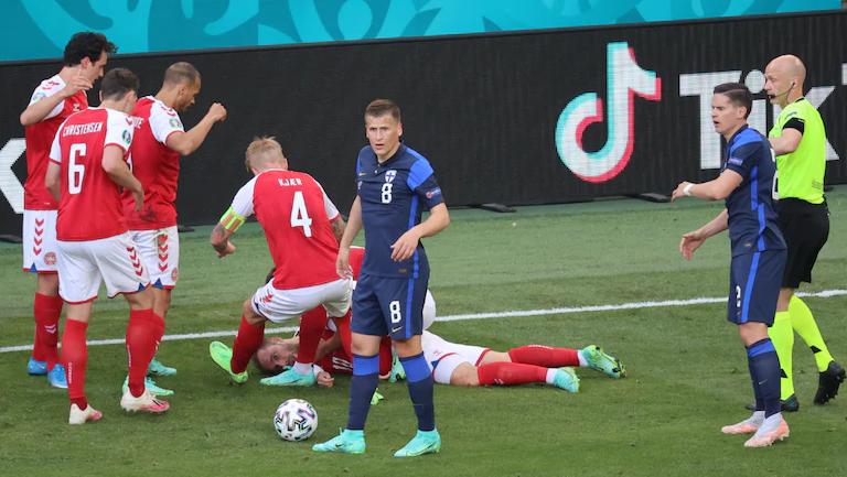 Trishtimi i shprehur në foto, momentet tronditëse nga ataku kardiak i Eriksen gjatë ndeshjes Danimark-Finland