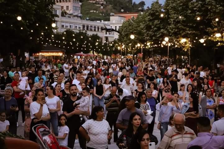 Festa e qershive 'ndez' Beratin, panair, këngë dhe valle për dy netë në pedonale