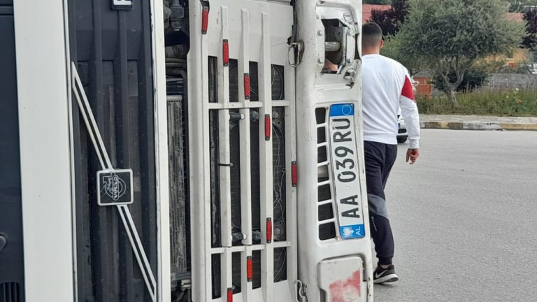 Aksident në Rotondon e Kombinatit në Berat, ja si është përmbysur kamioni