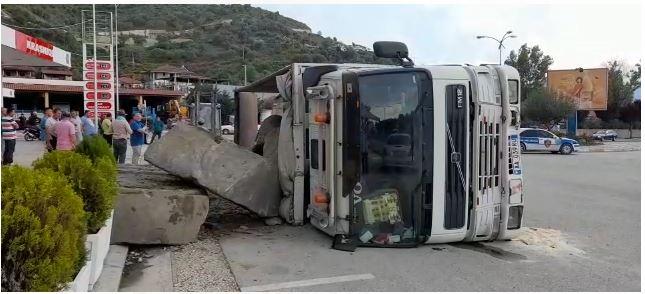 Aksident në Berat, ja si është përmbysur kamioni (Foto)