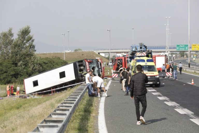 (FOTO) Dalin të tjera detaje nga aksidenti tragjik në Kroaci / 20 pasagjerë ende të bllokuar në autobus, flasin zyrtarët e kompanisë turistike kosovare