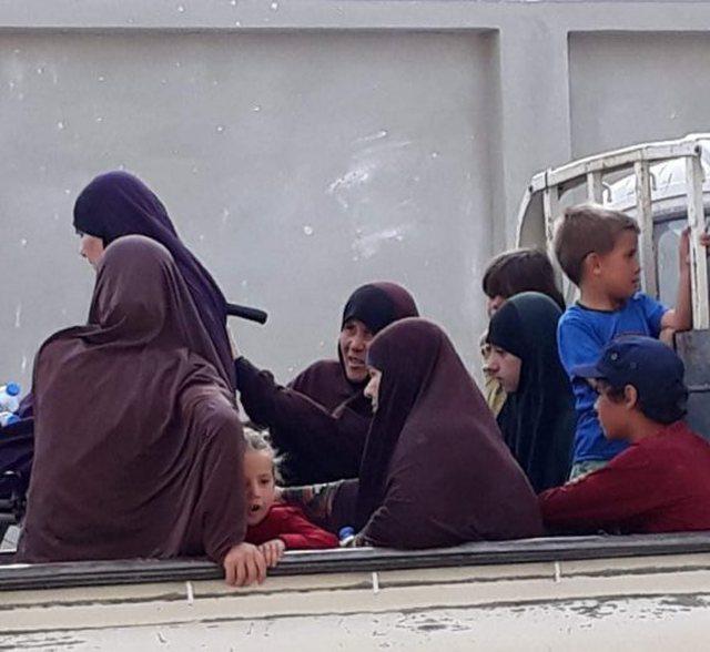 Detaje të reja nga shqiptarët që do të riatdhesohen nga Siria, gratë dhe fëmijët mbërrijnë në Qamishli