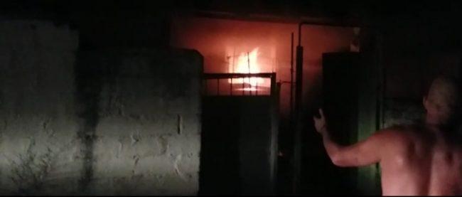 """Zjarr i fuqishëm në një banesë në lagjen """"Uznovë"""" në Berat/ Shtëpia shkrumbohet totalisht, nuk ka të lënduar në njerëz/Banorët:-""""Dëgjuam një shpërthim dhe pastaj flakët"""""""