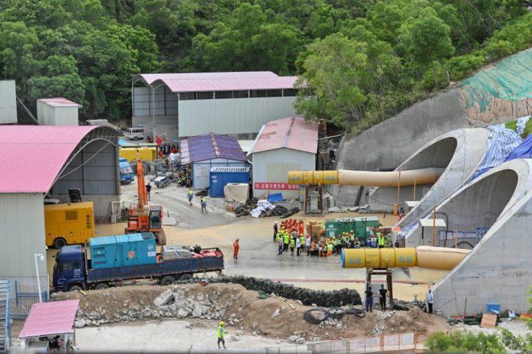 Po ndërtohej nën një rezervuar, tuneli i metrosë merr jetën e 13 punëtorëve dhe 1 ndodhet ende i bllokuar pasi u përmbyt nga uji në zonën e…