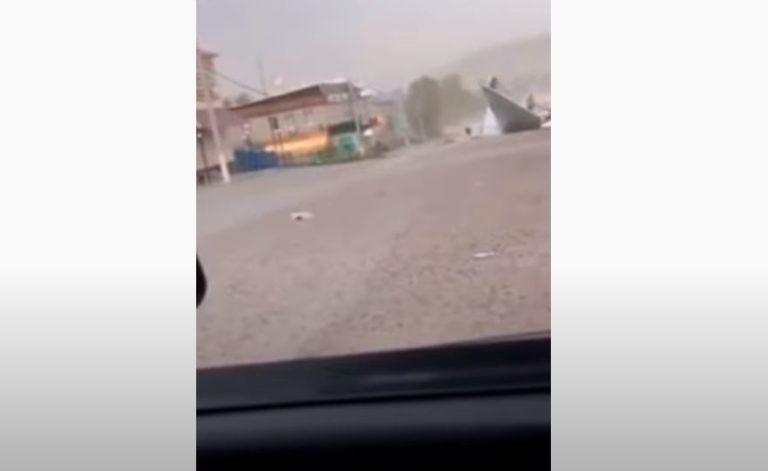 (VIDEO) Momenti i frikshëm, çatia e përbërë nga hekuri ngrihet nga erërat e forta dhe bie mbi vajzën e mitur